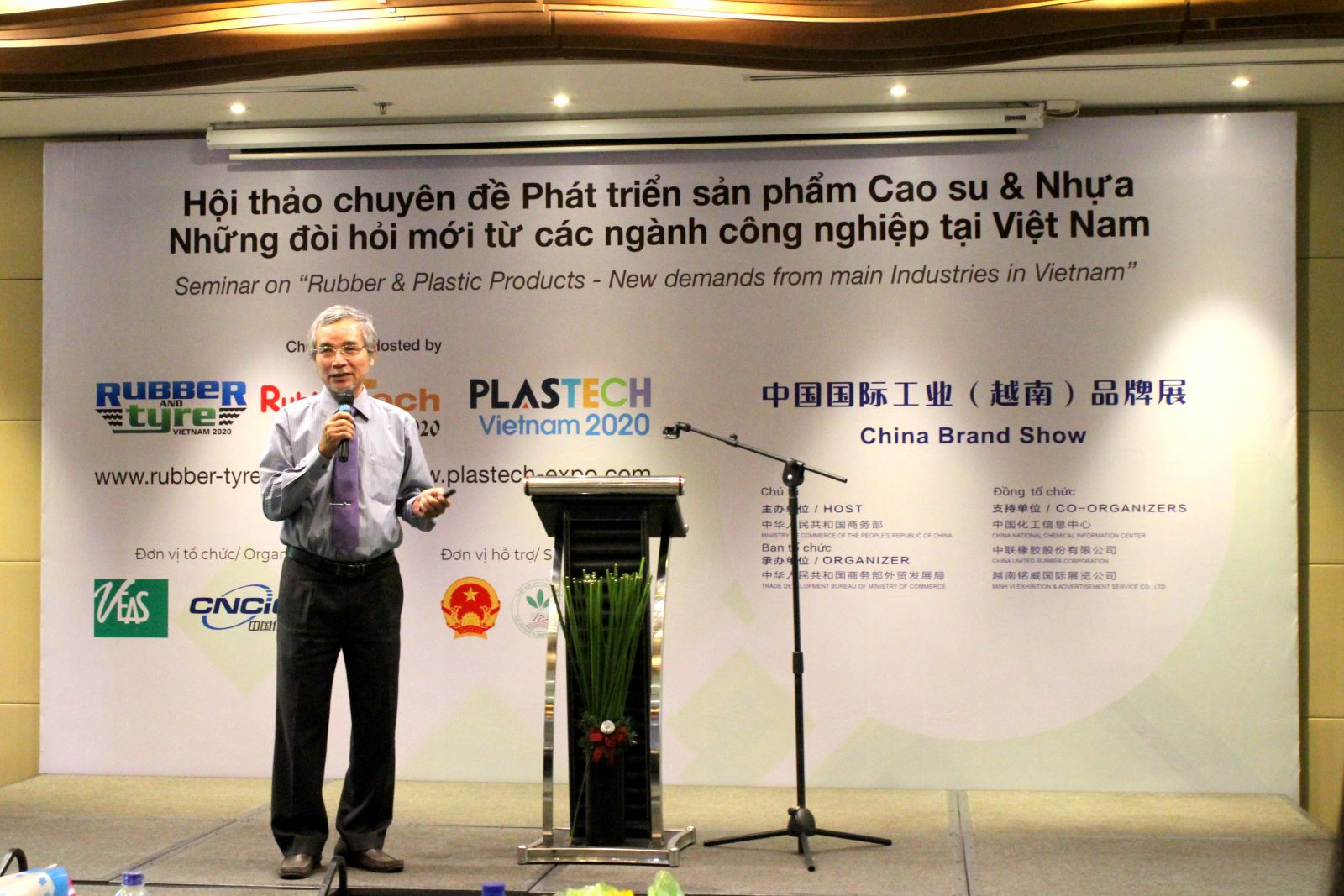 Mr. Nguyen Quoc Anh was sharing about opportunities and challenges of  Vietnam rubber & plastic industry
